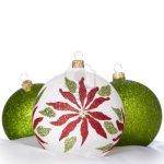 11550281-blanco-verde-y-rojo-adornos-de-navidad-en-el-fondo-blanco--copyspace-a-saludos